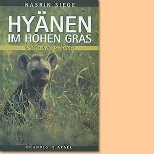 Hyänen im hohen Gras. Spuren in der Serengeti