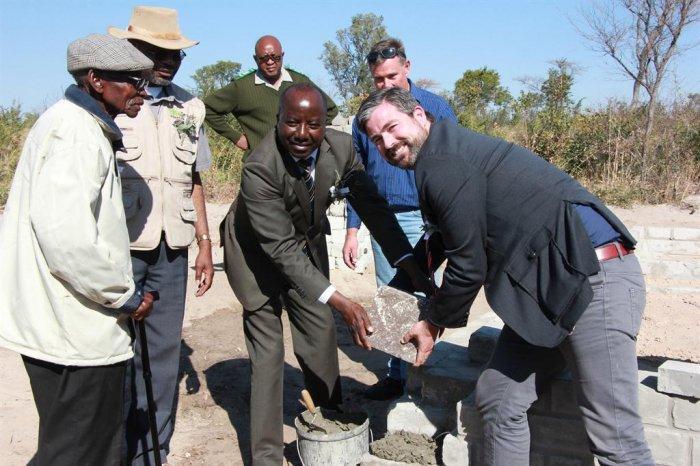 deutschland zahlt unterk nfte in khaudum namibia vorgestellt im namibiana buchdepot. Black Bedroom Furniture Sets. Home Design Ideas